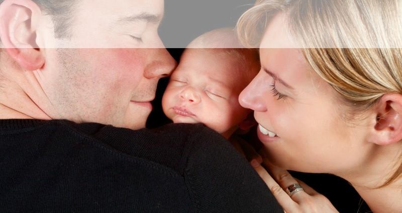 Lyckligt par med bebis