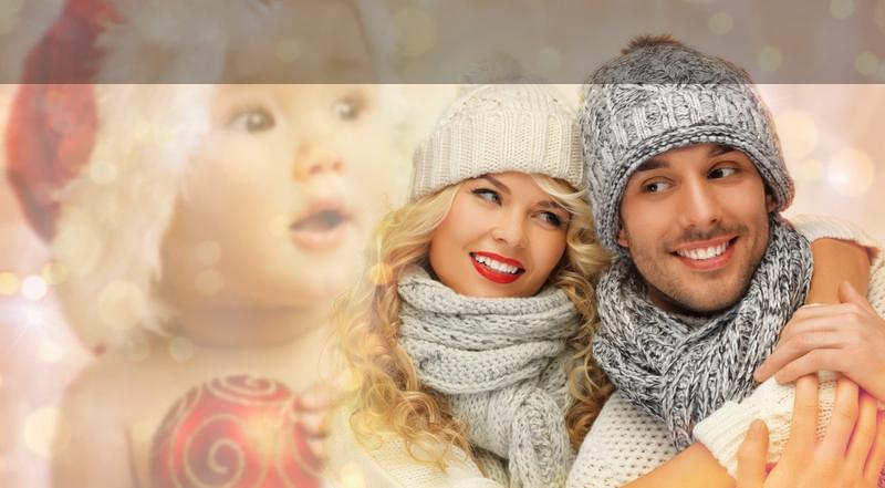 Gulligt par med jul-bebis